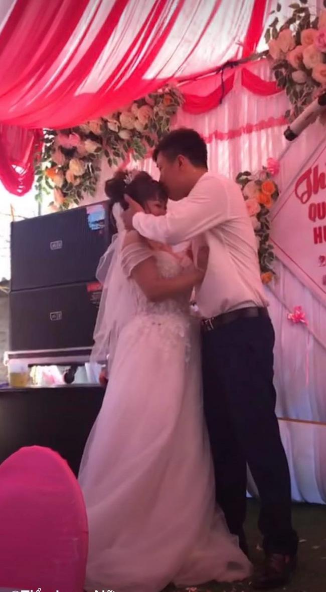 Chú rể cưỡng hôn cô dâu trên sân khấu khiến MC hoảng hốt: Chưa, chưa, cả hôn trường cười không dứt - ảnh 3