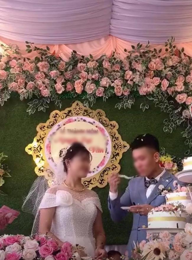 Chú rể cưỡng hôn cô dâu trên sân khấu khiến MC hoảng hốt: Chưa, chưa, cả hôn trường cười không dứt - ảnh 4