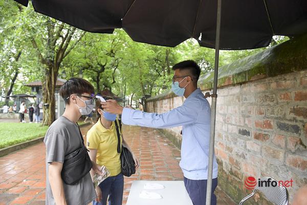 Sĩ tử Hà Nội chen vai, khẩu trang kín mít đến Văn Miếu thắp hương trước kỳ thi - Ảnh 5.
