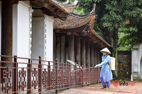 Sĩ tử Hà Nội chen vai, khẩu trang kín mít đến Văn Miếu thắp hương trước kỳ thi - Ảnh 7.