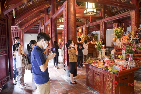 Sĩ tử Hà Nội chen vai, khẩu trang kín mít đến Văn Miếu thắp hương trước kỳ thi - Ảnh 8.
