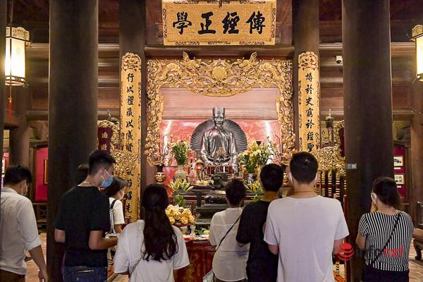Sĩ tử Hà Nội chen vai, khẩu trang kín mít đến Văn Miếu thắp hương trước kỳ thi - Ảnh 10.