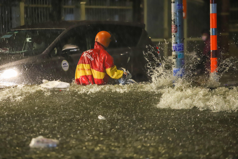 [Ảnh] Sài Gòn mưa lớn, nhiều xế hộp nổi lềnh bềnh trên đường phố - Ảnh 3.