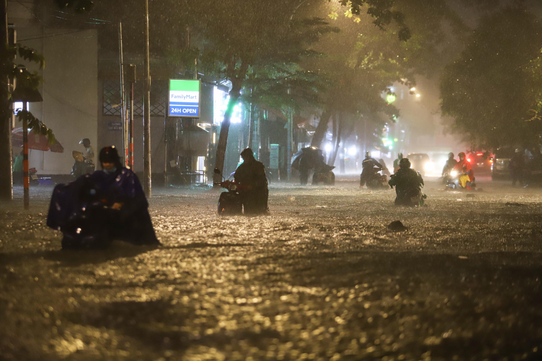 [Ảnh] Sài Gòn mưa lớn, nhiều xế hộp nổi lềnh bềnh trên đường phố - Ảnh 1.