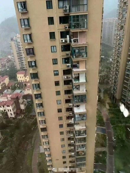 Bão Hagupit xé toạc ban công chung cư cao cấp ở TQ, cuốn bay người từ tầng 11 rơi xuống tử vong - Ảnh 1.