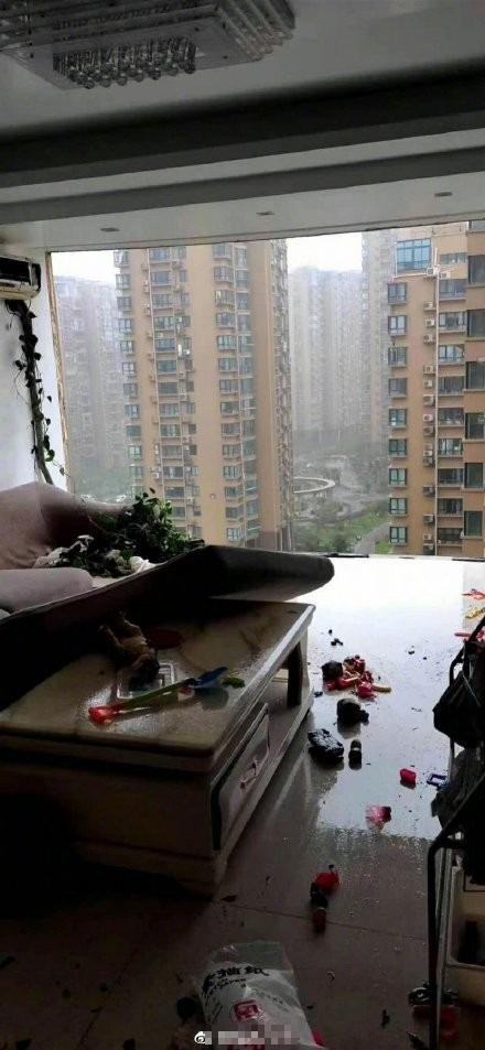 Bão Hagupit xé toạc ban công chung cư cao cấp ở TQ, cuốn bay người từ tầng 11 rơi xuống tử vong - Ảnh 2.
