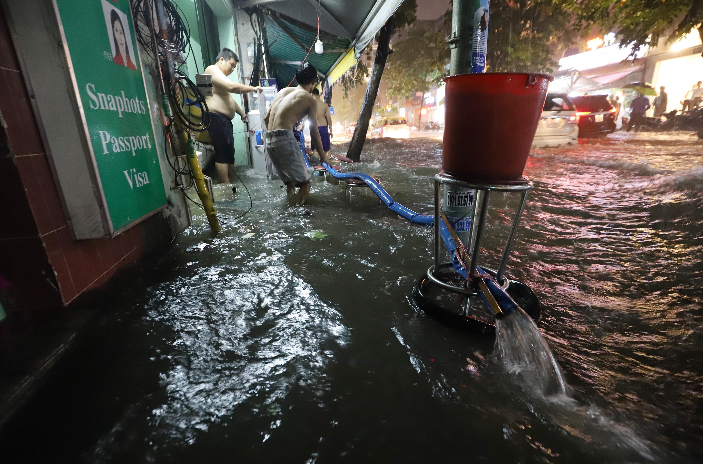 [Ảnh] Sài Gòn mưa lớn, nhiều xế hộp nổi lềnh bềnh trên đường phố - Ảnh 10.