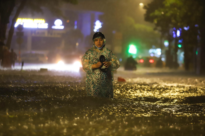 [Ảnh] Sài Gòn mưa lớn, nhiều xế hộp nổi lềnh bềnh trên đường phố - Ảnh 2.