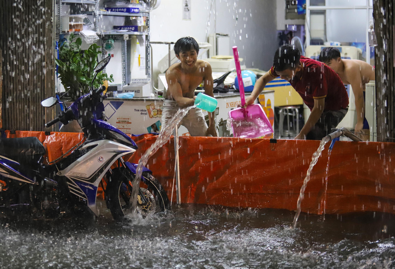 [Ảnh] Sài Gòn mưa lớn, nhiều xế hộp nổi lềnh bềnh trên đường phố - Ảnh 11.