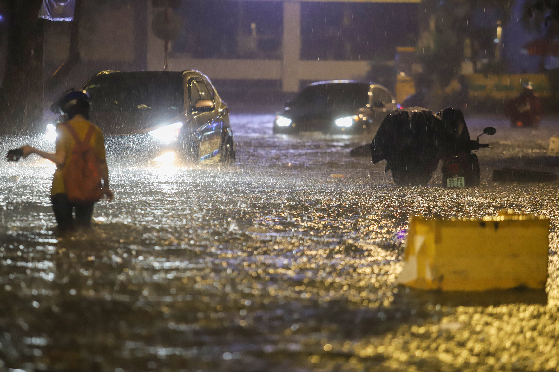 [Ảnh] Sài Gòn mưa lớn, nhiều xế hộp nổi lềnh bềnh trên đường phố - Ảnh 6.