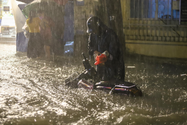[Ảnh] Sài Gòn mưa lớn, nhiều xế hộp nổi lềnh bềnh trên đường phố - Ảnh 9.