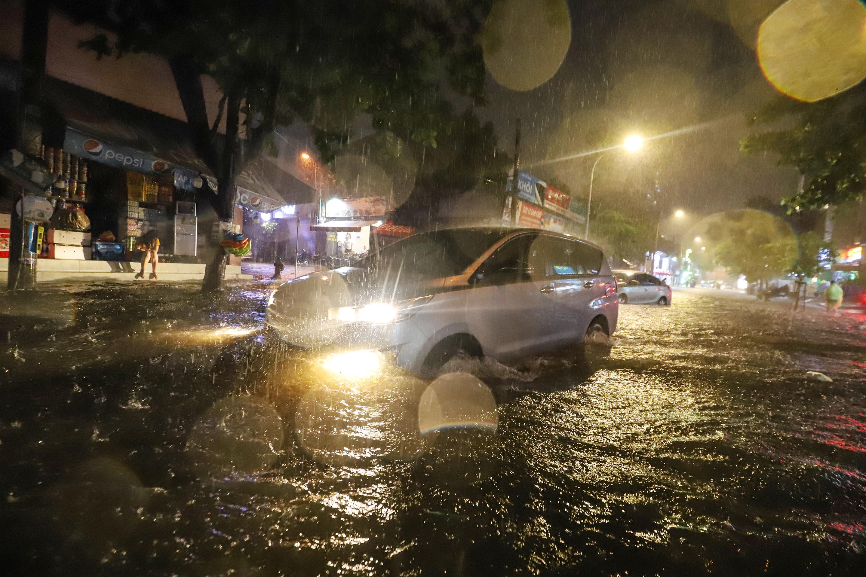 [Ảnh] Sài Gòn mưa lớn, nhiều xế hộp nổi lềnh bềnh trên đường phố - Ảnh 4.