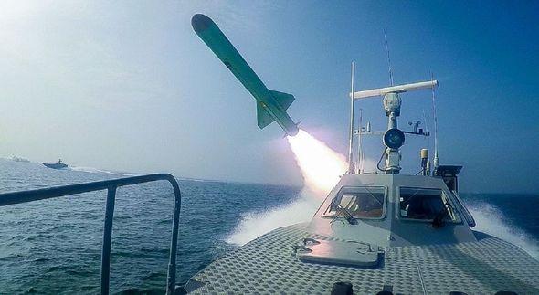 Iran khóc dở mếu dở sau khi đánh chìm mô hình tàu sân bay Mỹ: Màn trình diễn thảm họa - Ảnh 2.