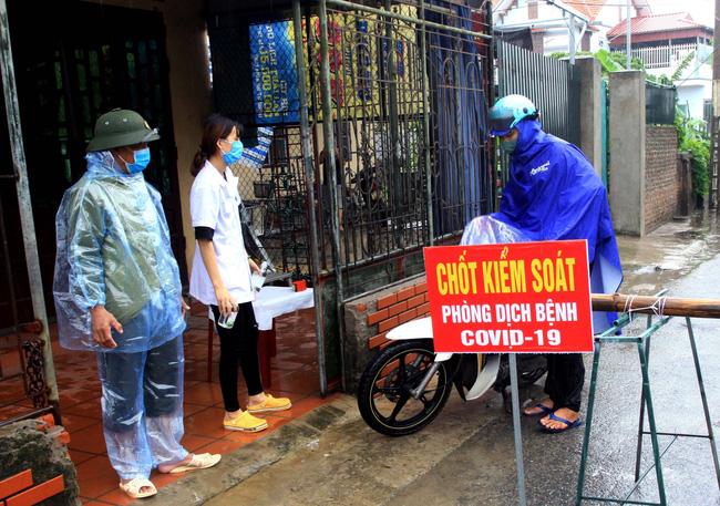 BN COVID-19 thứ 10 tử vong; Người thân ùn ùn mang nhu yếu phẩm đến tòa nhà nơi ca mắc mới ở Hà Nội sinh sống - Ảnh 1.