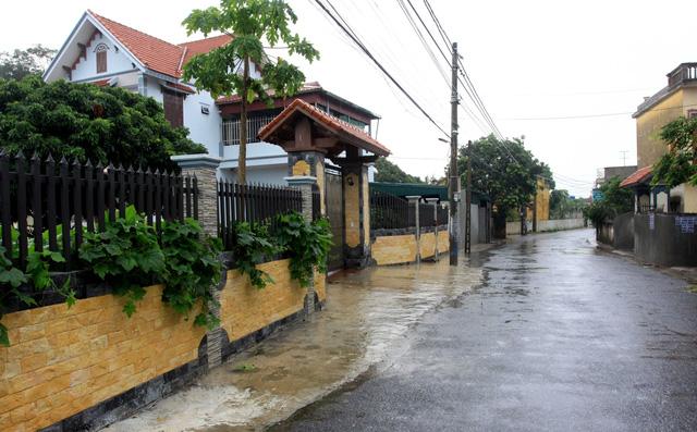 BN COVID-19 thứ 10 tử vong; Người thân ùn ùn mang nhu yếu phẩm đến tòa nhà nơi ca mắc mới ở Hà Nội sinh sống - Ảnh 2.
