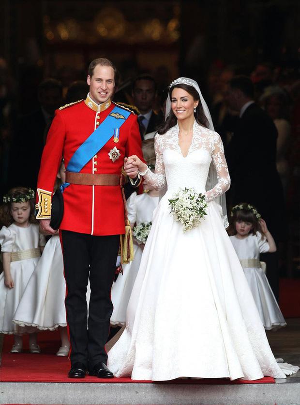 Meghan Markle lộ quá khứ chỉ trích công khai hôn lễ xa hoa của Công nương Kate nhưng đến lượt đám cưới mình thì linh đình không kém - Ảnh 1.