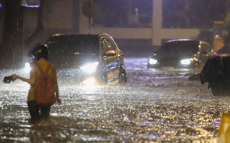 [Ảnh] Sài Gòn mưa lớn, nhiều xế hộp 'nổi lềnh bềnh' trên đường phố