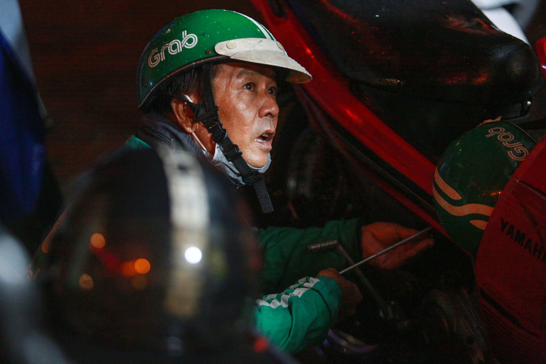 [ẢNH] Người Sài Gòn khổ sở trong biển nước, Mercedes, Audi nằm dài chờ cứu hộ từ đêm tới sáng - Ảnh 11.