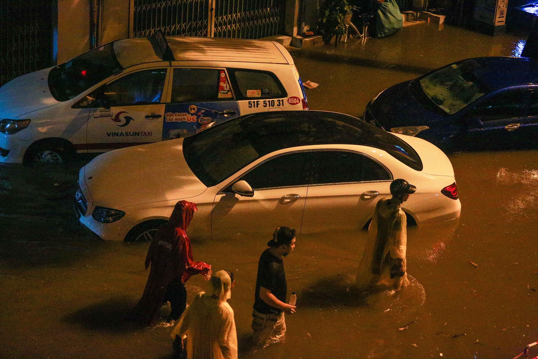 [ẢNH] Người Sài Gòn khổ sở trong biển nước, Mercedes, Audi nằm dài chờ cứu hộ từ đêm tới sáng - Ảnh 4.
