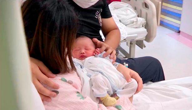 Vừa đỡ đẻ cho sản phụ, các y bác sĩ sững sờ khi nhìn thấy em bé, ca hiếm gặp trong 20 năm - Ảnh 2.