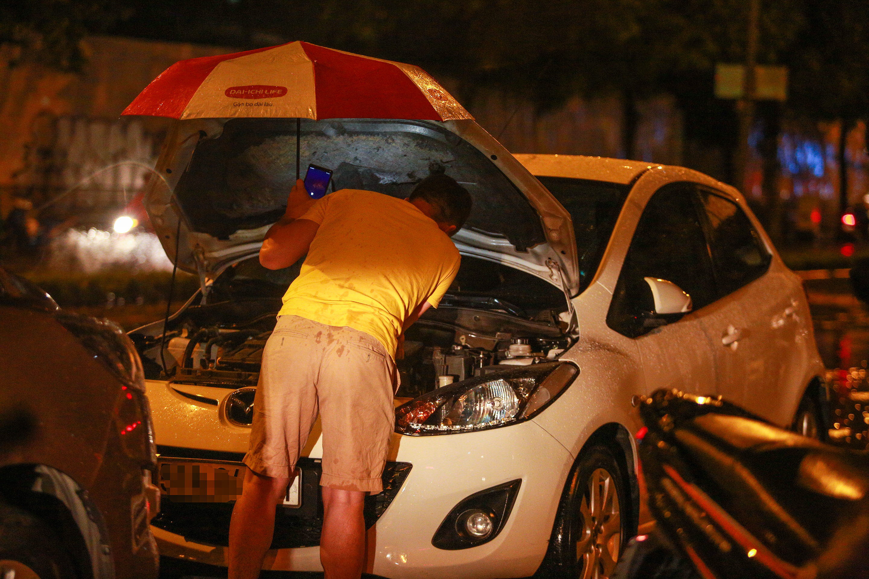 [ẢNH] Người Sài Gòn khổ sở trong biển nước, Mercedes, Audi nằm dài chờ cứu hộ từ đêm tới sáng - Ảnh 3.