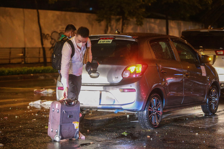 [ẢNH] Người Sài Gòn khổ sở trong biển nước, Mercedes, Audi nằm dài chờ cứu hộ từ đêm tới sáng - Ảnh 5.