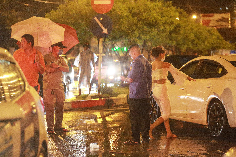 [ẢNH] Người Sài Gòn khổ sở trong biển nước, Mercedes, Audi nằm dài chờ cứu hộ từ đêm tới sáng - Ảnh 6.