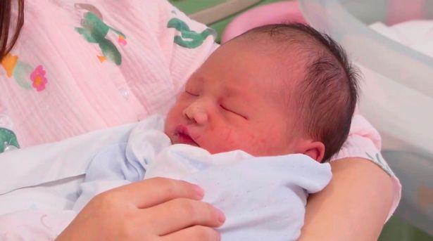 Vừa đỡ đẻ cho sản phụ, các y bác sĩ sững sờ khi nhìn thấy em bé, ca hiếm gặp trong 20 năm - Ảnh 3.