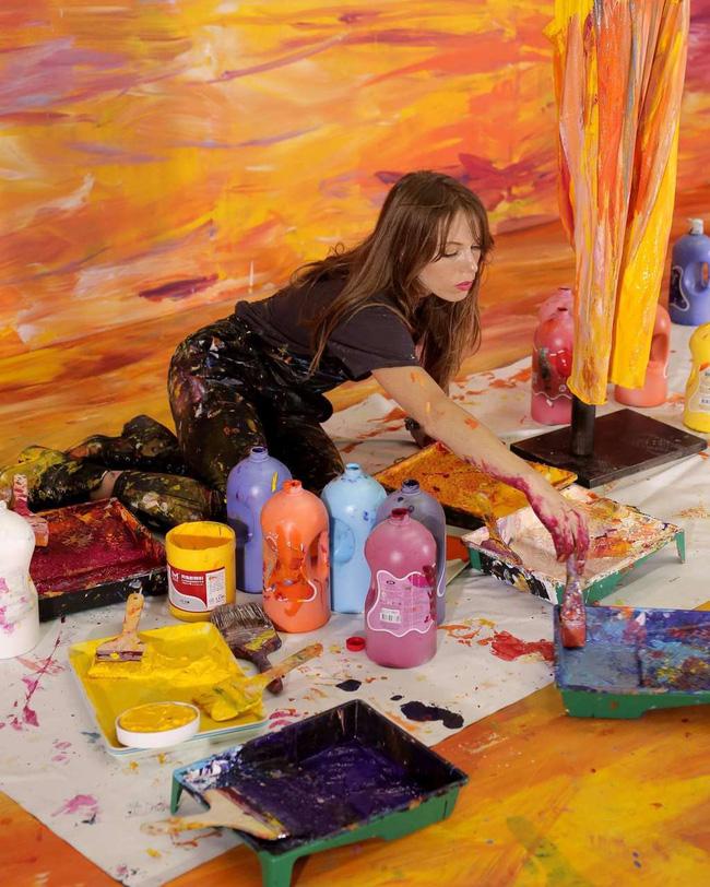 Bức tranh sơn dầu tả cảnh cô gái ngồi thẫn thờ, tưởng đơn giản nhưng ẩn chứa một sự thật có thể gây thót tim cho bất kỳ ai - Ảnh 3.