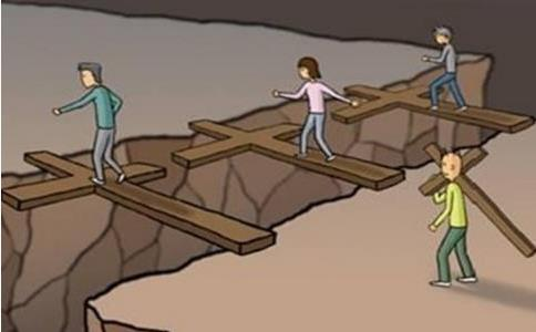 Cắt ngắn cây thập tự để di chuyển dễ dàng hơn, người đàn ông phải trả giá đắt vì hiểm họa khôn lường ngay trước mặt - Ảnh 2.