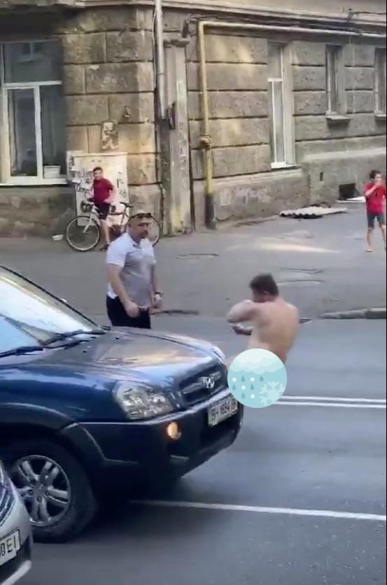 Video người đàn ông khỏa thân ra đường, thách thức xe cộ bất ngờ gặp phải võ sĩ quyền Anh - Ảnh 3.