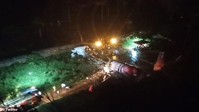 Máy bay Ấn Độ chở 191 người gặp nạn trên đường băng, vỡ làm đôi - Ảnh 3.