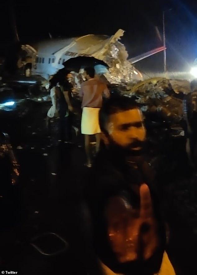 Máy bay Ấn Độ chở 191 người gặp nạn trên đường băng, vỡ làm đôi - Ảnh 5.