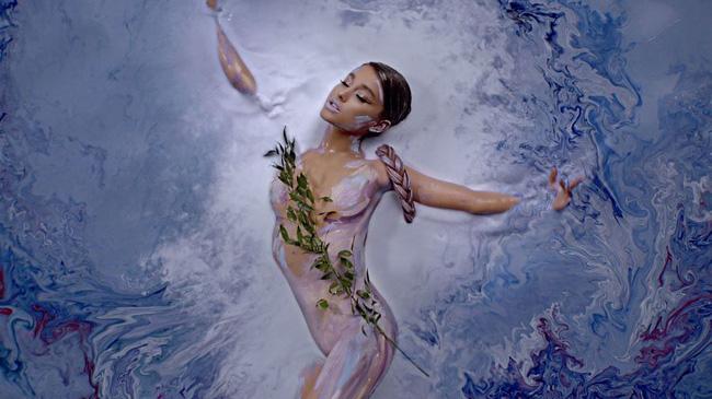 Bức tranh sơn dầu tả cảnh cô gái ngồi thẫn thờ, tưởng đơn giản nhưng ẩn chứa một sự thật có thể gây thót tim cho bất kỳ ai - Ảnh 4.