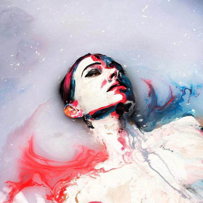 Bức tranh sơn dầu tả cảnh cô gái ngồi thẫn thờ, tưởng đơn giản nhưng ẩn chứa một sự thật có thể gây thót tim cho bất kỳ ai - Ảnh 5.