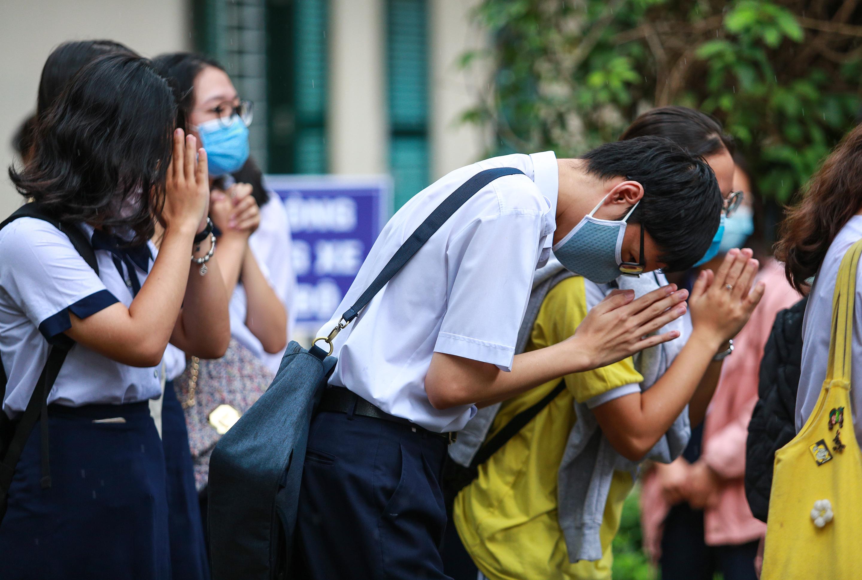 [Ảnh] Sĩ tử ngày làm thủ tục thi tốt nghiệp THPT: Chắp tay trước tượng Lê Quý Đôn để cầu may - Ảnh 9.