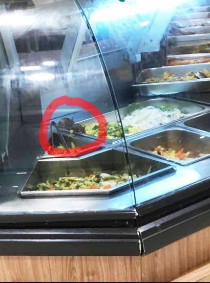 Kinh hãi những chú chuột vô tư gặm nhấm đồ ăn trong quầy bán thức ăn sẵn của trung tâm thương mại ở Sài Gòn - ảnh 2