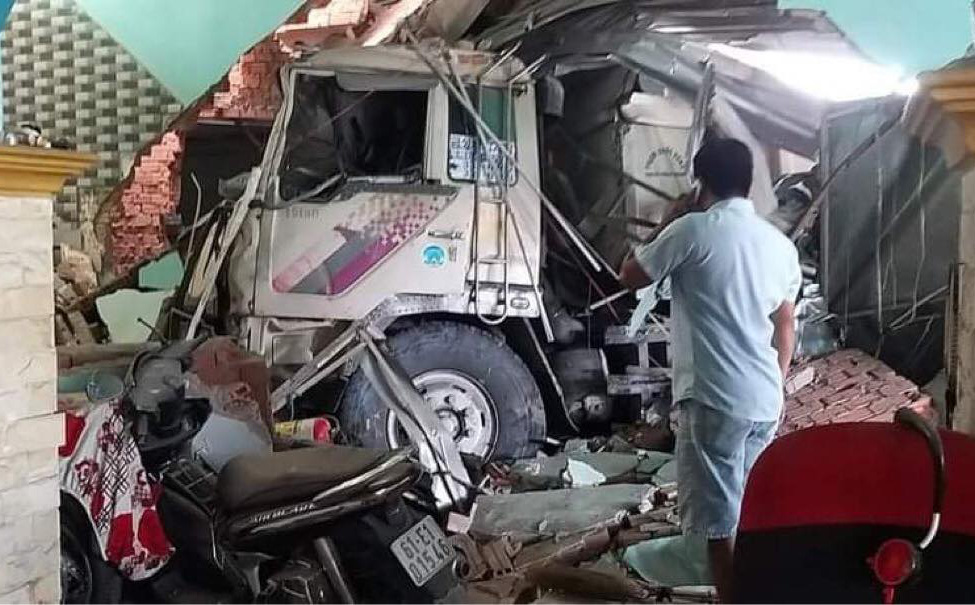 Xe ben điên tông sập 3 nhà dân, nhiều người bị thương