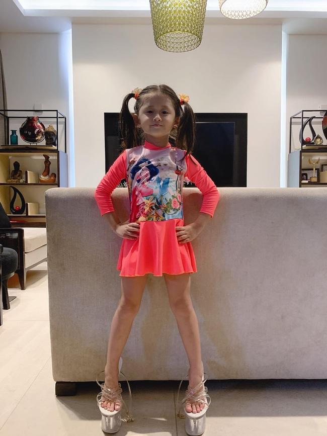 Mới 5 tuổi nhưng con gái Trang Trần đã tạo dáng cực đỉnh với giày cao gót, đến mẹ còn phải đắc ý: Hổ phụ sinh hổ tử - Ảnh 1.