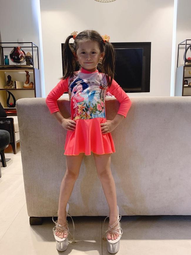 Mới 5 tuổi nhưng con gái Trang Trần đã tạo dáng cực đỉnh với giày cao gót, đến mẹ còn phải đắc ý: Hổ phụ sinh hổ tử - Ảnh 2.