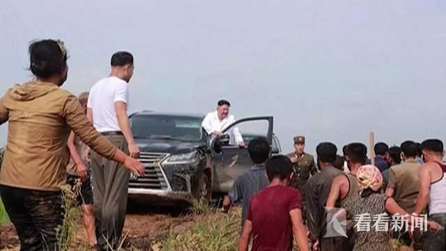 Hình ảnh ông Kim Jong-un lái xe SUV lần đầu được công bố: Ngồi ghế lái ra chỉ thị - Ảnh 1.