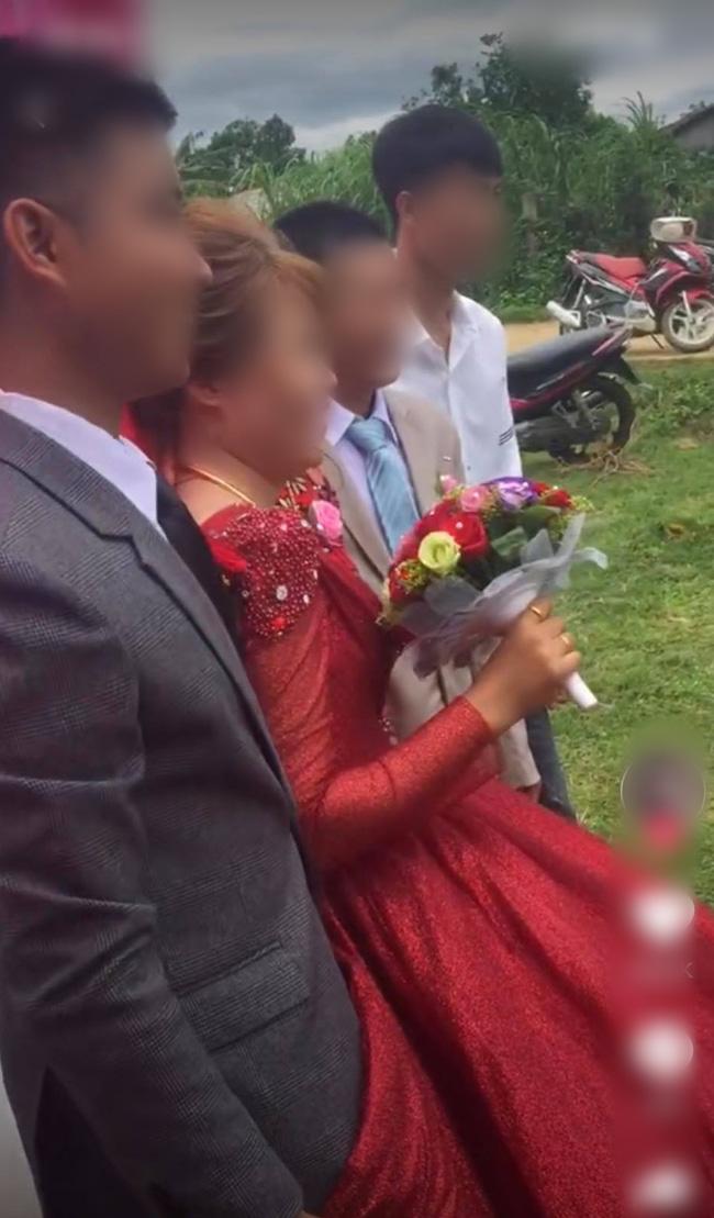 """Chú rể liên tục lấy váy cô dâu che chắn khi chụp hình, ai dè giấu giếm một """"bí mật"""" đằng sau - Ảnh 1."""