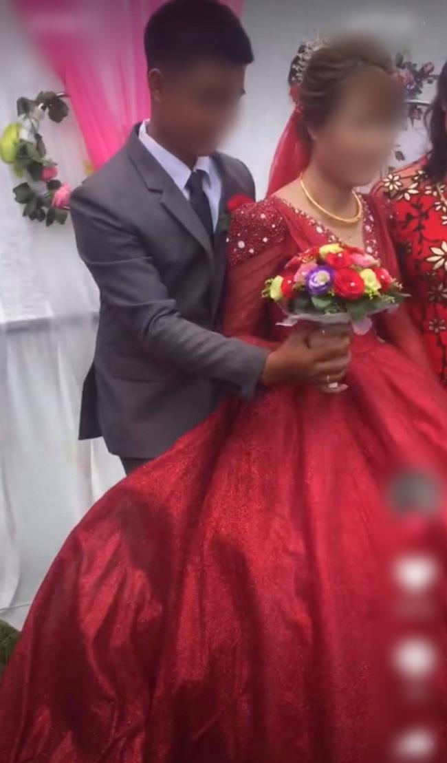 """Chú rể liên tục lấy váy cô dâu che chắn khi chụp hình, ai dè giấu giếm một """"bí mật"""" đằng sau - Ảnh 2."""