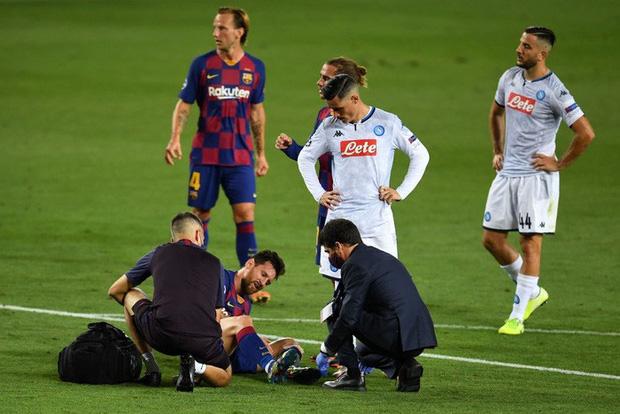 Cận cảnh tình huống Messi liều lĩnh khiến cả thế giới sợ hãi: Bị đá bay chân trụ vì thò chân ngăn đối thủ phá bóng - Ảnh 3.