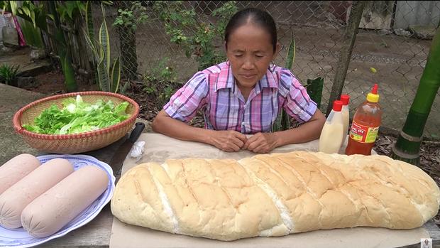 Làm bánh mì xúc xích siêu to khổng lồ nhưng Bà Tân Vlog lại bị bắt lỗi vì dùng lại chảo dầu cũ đã đen sì - Ảnh 1.