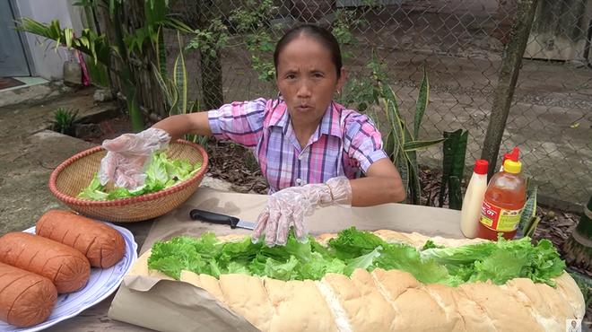 Làm bánh mì xúc xích siêu to khổng lồ nhưng Bà Tân Vlog lại bị bắt lỗi vì dùng lại chảo dầu cũ đã đen sì - Ảnh 5.