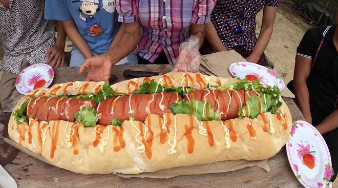 Làm bánh mì xúc xích siêu to khổng lồ nhưng Bà Tân Vlog lại bị bắt lỗi vì dùng lại chảo dầu cũ đã đen sì - Ảnh 6.