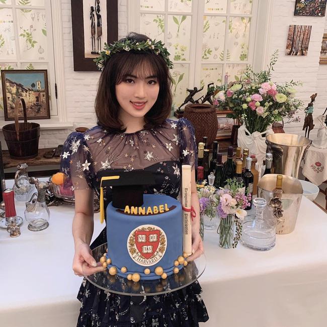 Loạt ảnh ái nữ của ông trùm Huawei: Học giỏi, bình dị nhưng khi khoác lên chiếc váy dạ hội lập tức trở thành công chúa kiều diễm vạn người mê - Ảnh 2.