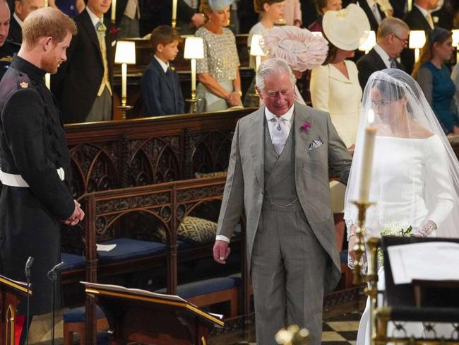 Thái tử Charles chính là người dắt tay con dâu vào lễ đường thay cho cha đẻ của cô.