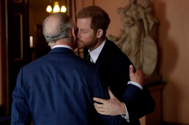 Harry và Thái tử Charles có mối quan hệ cha con khăng khít.